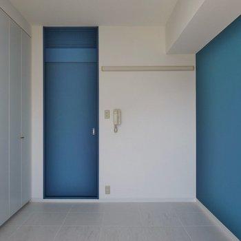 濃いブルーのアクセントが素※写真は同タイプ別部屋