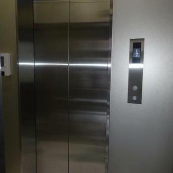 シックな雰囲気のエレベーター