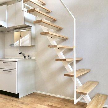 キッチンは階段の下に。