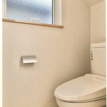 小窓付きのトイレがあります。