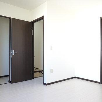 このお部屋からも階段へアクセス可能。左にはウォークインクローゼット!