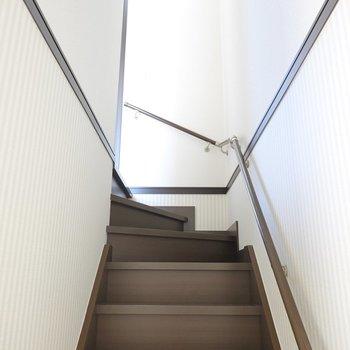 玄関から、次は階段で2階へ。まずは南側の洋室!