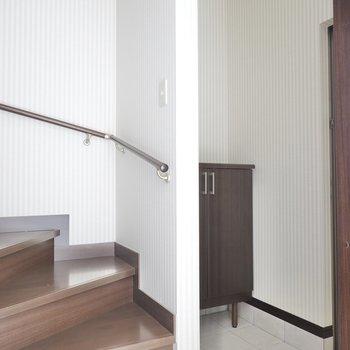 トイレは玄関に出て左手にあります。