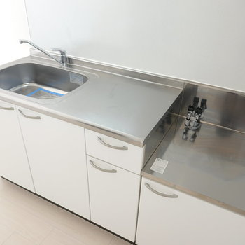 キッチンはシンクもスペースも広め。でもコンロはご自身での設置です!