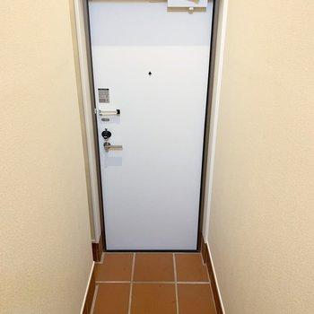 玄関はシンプルな空間。