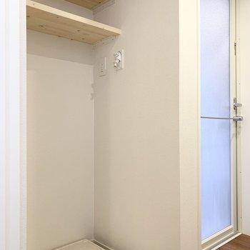 洗面台のお向かいに洗濯機置場。お隣は浴室です。