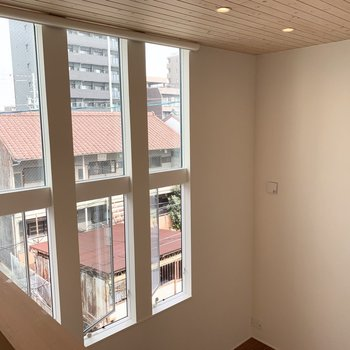 上から見ても素敵な窓。東側は一面真っ白な壁です。