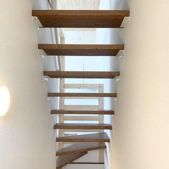 目線を上げると階段の抜け感が。この階段のおかげで玄関にも光が届きます。