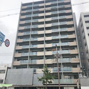 13階建てで背高いマンション。