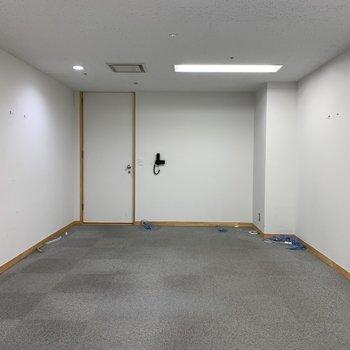 床はカーペット仕様、クロスはホワイトで統一。(※クリーニング前の写真です)