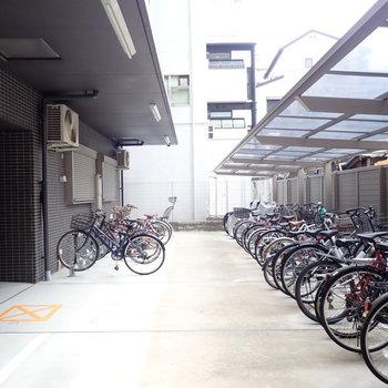 駐輪場は建物奥に。