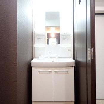 大人っぽい空間の洗面台。