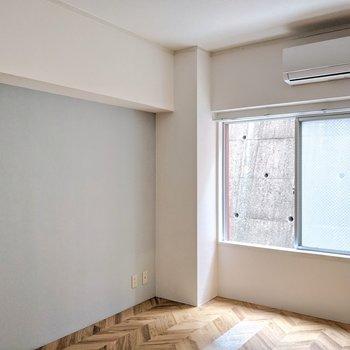 腰窓で家具の配置がしやすいのもいいですね。こう見ると見た目のバランスもいいです♩