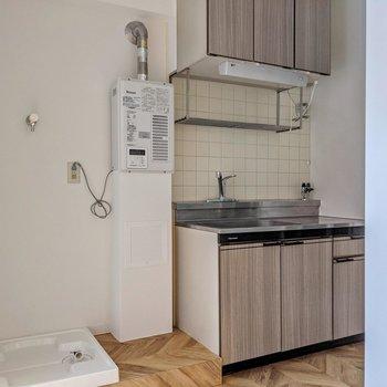 キッチンと洗濯機置場は横並び。コンパクトな冷蔵庫なら給湯器の前に置けそうです。