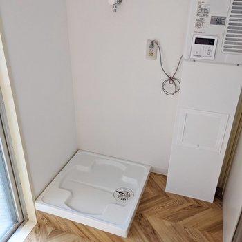 洗濯機置場は新しく設置されたもの!便利になりました。