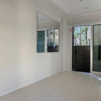 【LDK】反対側の壁には大きな鏡が付いています