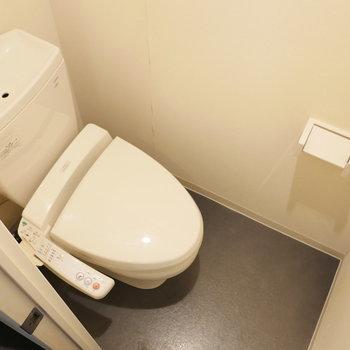 トイレは個室タイプ。(※写真は8階同間取り別部屋のものです)