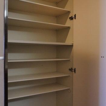 玄関収納はたっぷり入りそうですね。(※写真は8階同間取り別部屋のものです)