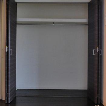 洋室側の収納、パカッと。(※写真は8階同間取り別部屋のものです)