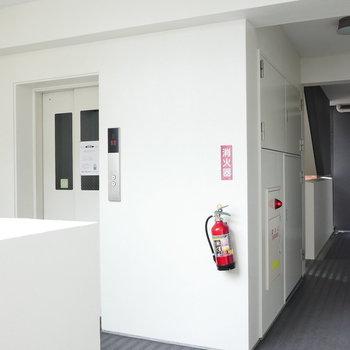 エレベーターで12階まで。 一番奥の角部屋です。