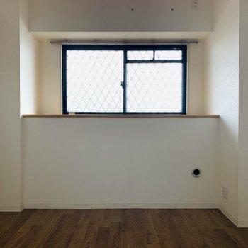 【洋室】左の壁だけ淡い木目調でお洒落〜