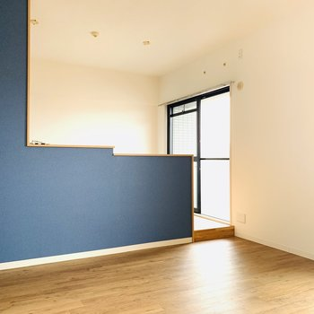 段差はこんな感じ、青の壁紙が素敵です。