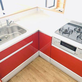 L字型のキッチン、挿し色の赤が可愛い〜