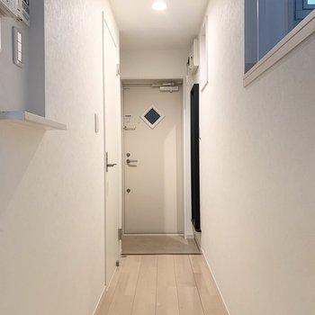 水廻りを先に見ていきましょう。玄関の手前のドアですよ。