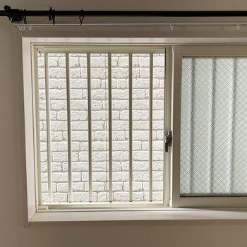 こちらの窓からの眺望はお隣さま。
