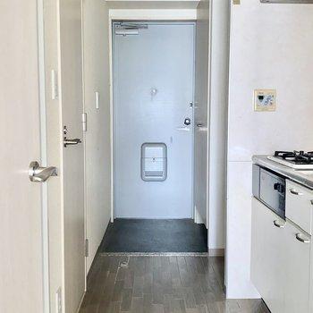 洋室を出ると右側にはキッチンです。