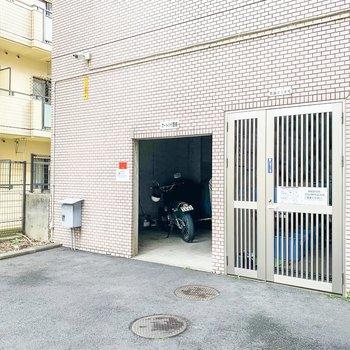 お部屋の前の建物にはオートバイ置場とゴミ捨て場が。