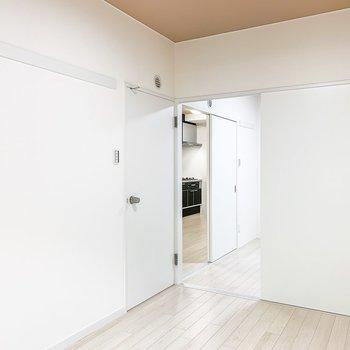【洋室5.5帖】玄関側の洋室とDKに繋がっています。