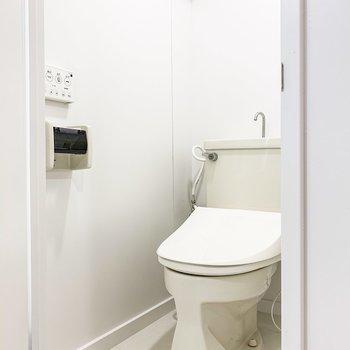 洗面台の向かいにはトイレが。嬉しいウォシュレット付き。