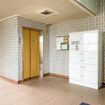 1階の共用部には宅配ボックスとエレベーターがあります。
