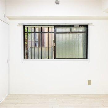 【洋室4.5帖②】こちらのお部屋はちょっぴり小さめの窓が付いています。