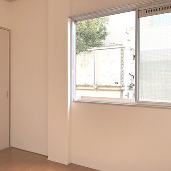 【洋室4.5帖】窓からはちょっと緑も見えました。