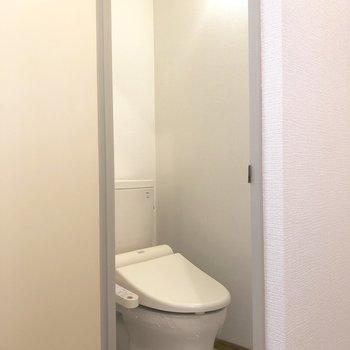 トイレは洗面台の手前にあるドアの中です。