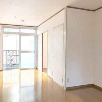 【LDK】こちらからは約4.5帖の洋室に入ることができます。