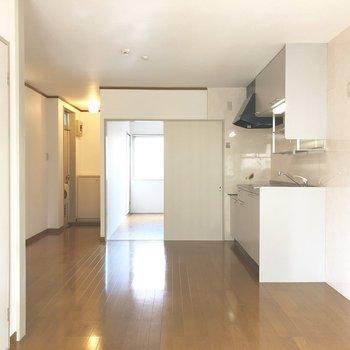 【LDK】キッチン後ろのスペースも広々としていますよ。