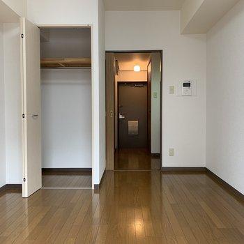 白い壁で空間を広く見せてくれます