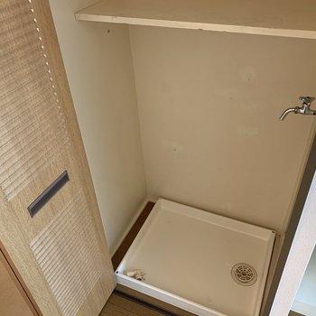 洗濯機置き場上に棚付いてます