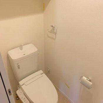 トイレは棚付き。シンプルな収納を心がけたいです。※写真はクリーニング前のものです
