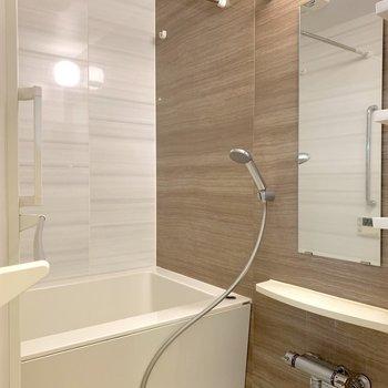 正面とサイドで色違いの浴室の壁。リラックスできそうな色合いです。