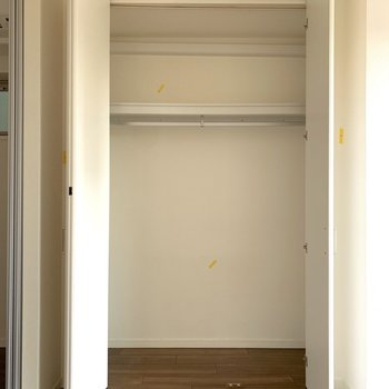 【洋室】意外と横幅がありました。お気に入りのお洋服たちを掛けてあげましょう。※写真はクリーニング前のものです