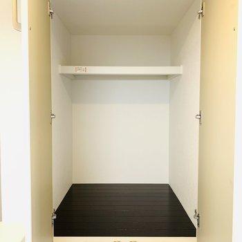 キッチンの後ろには収納スペースが