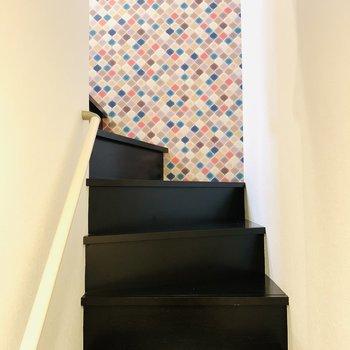 一階から二階へ続く階段はこんな感じ