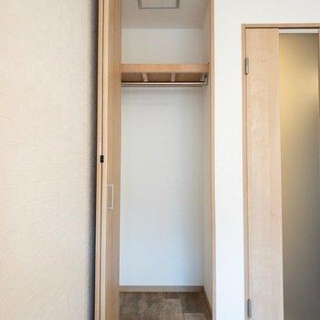 【洋室1】コンパクトな収納ですが、お部屋が広いので別に収納棚も置けそうですね♪