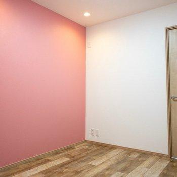 【洋室2】明るく可愛い子供部屋。
