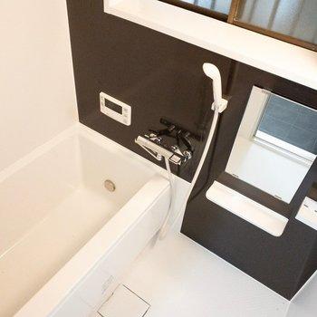 お風呂には少し大きめの窓が!