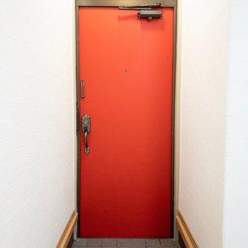 玄関は真っ赤に。